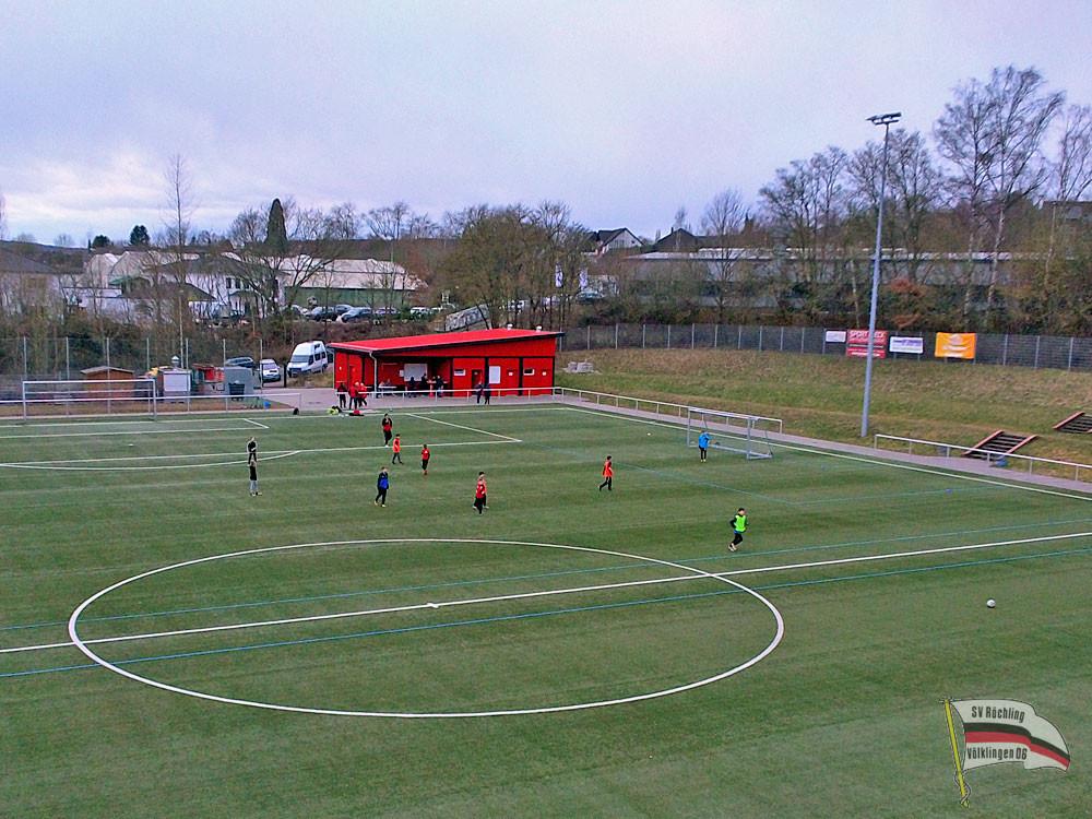 Der Kunstrasenplatz hinter dem Hermann-Neuberger-Stadion