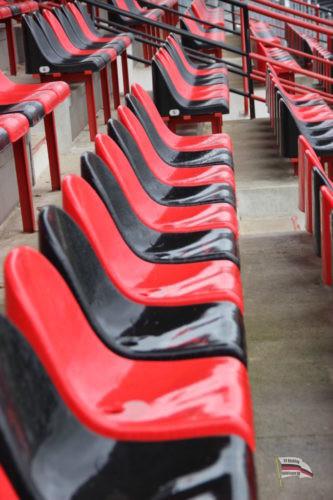Sitzplätze im Hermann-Neuberger-Stadion (Foto: Hell)