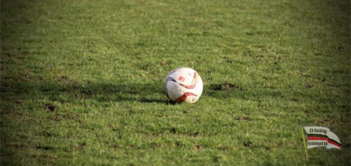 Ein Spielball auf dem Rasen (Symbolfoto: Hell)