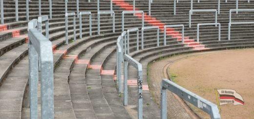 Stehränge im Hermann-Neuberger-Stadion (Foto: Hell)